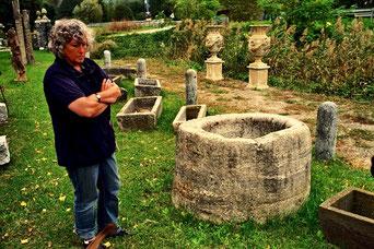 Hanni inspezierte altes Steinzeug aus dem nahen Bergell