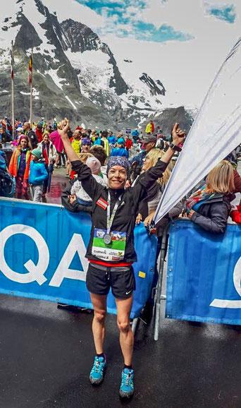 Tanja Bauer überglücklich im Ziel des heutigen Großglockner-Berglaufes (Foto zVg)