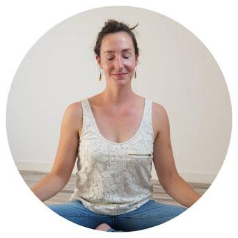 Diane Bourin en train de méditer assise en tailleur.
