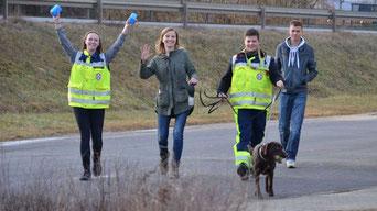 Gut getrailt: nach getaner Arbeit ist das Team - Hundeführer, Versteckperson, Backup und Zuschauer - auf dem Weg zurück an den Start.