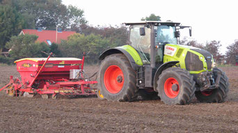 Claas Axion 810 mit der Väderstad RAPID Drillmaschine
