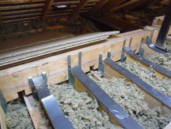 entailles en sous-face de lisse bois,  étriers métalliques.