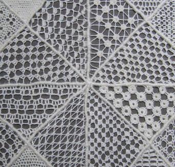 Ausschnitt aus Mustertuch Nadelspitze mit verschiedenen Füllungen