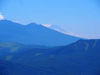 八ヶ岳の向こうに富士山が見えます。