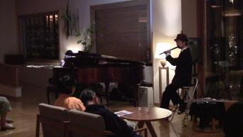 ピアノの蓋を閉めたらMiyukiさんの顔が隠れたぁ