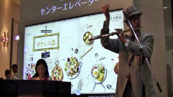 「ラブ」を演奏のする時、Takanoの担当は手拍子!