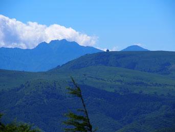 八ヶ岳手前に車山のレーダーが見えます