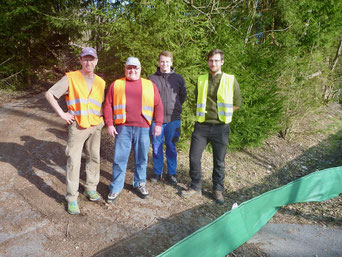 Günther Sebald, Karl Pscheidl und die Naturparkranger Lukas Maier und Martin Graf nach dem Aufstellen des Zaunes in Katzenbac
