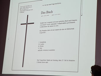 """Droht der Tod des traditionellen Buchs? Jan Standke jedenfalls plädiert fürs """"Wischen"""" und """"Blättern"""".  Foto: Ulrichs"""