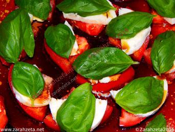 Alternativer Foodblog mit Tomate-Mozzarella Salat und Basilikum