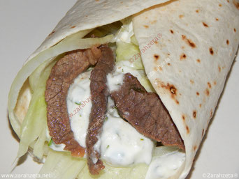 Wrap mit Rindfleisch, Salat und Sour Creme