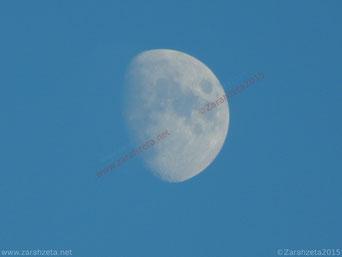 Zarahzetas Texte mit Mond am blauen Himmel