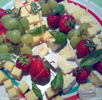 Alternativer Foodblog mit Käseplatte und Obst