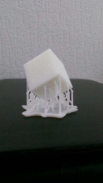 3D Druck, additive Fertigung, hergestellter Würfel, Stützstruktur, weiß, Kunstharz