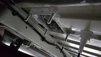 PLANAR Einbauplatte von unten mit Kabeldurchführung, sichtbar die Kaminanschlüsse