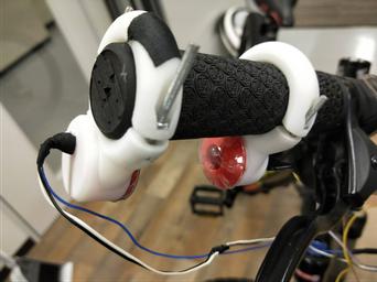 ANSHiNブレーキシステムを搭載した 自転車ハンドル部分。手の動きを検知するセンサが装備され、通常のブレーキレバーはない