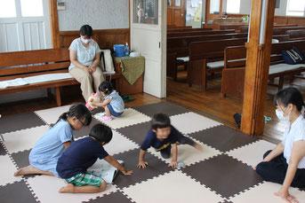 礼拝中の親子室の様子