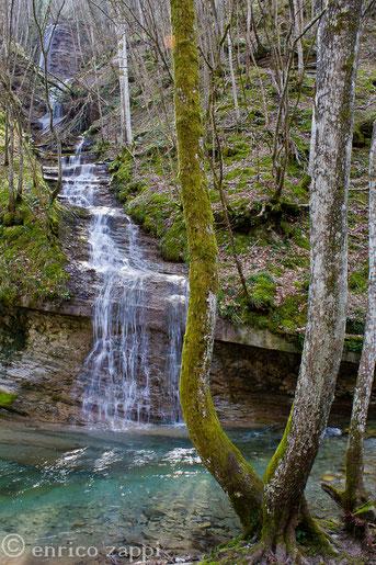Cascatella sul torrente Acquacheta a fine inverno.