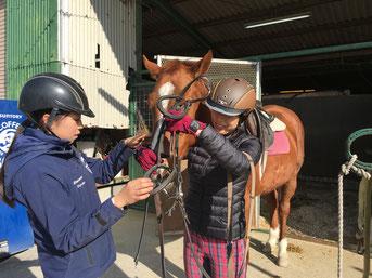 乗るための準備や馬の手入れなども楽しくレクチャー。一人でできるようになるまで、しっかりサポートいたします。