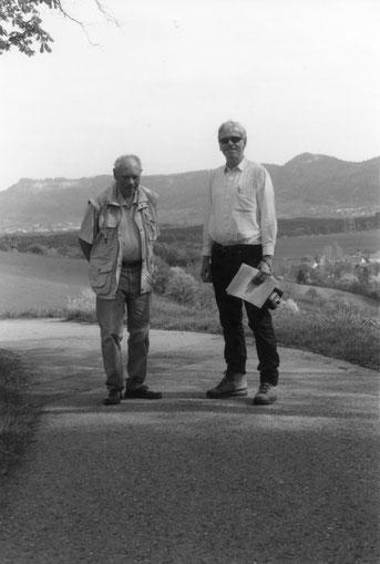 """Eisenbahnhistoriker Guido Motika und Kreisarchivar Dr. Andreas Zekorn bei einer Begehung der ehemaligen """"Wüste""""-Werksgelände (hier Erzingen) im Jahr 2006 (Foto: Stadtarchiv Balingen)"""
