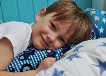 Bild: Junge kuschelt mit AnfängerGlück Schultütenkissen