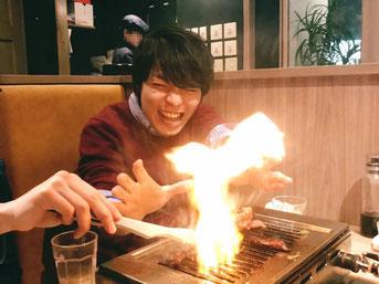 会議終了後、新年会の焼き肉で炎を操る與那城会長