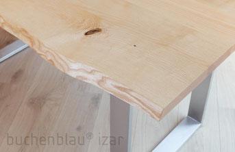 Tisch mit Baumkante und Stahlkufen
