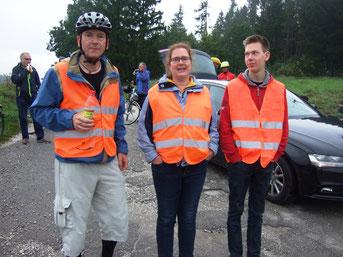 ohne Helfer geht gar nichts - li. Frontfahrer Matthias Kreuz, daneben Ulrike und Roman Kreutz vom Versorgungsfahrzeug