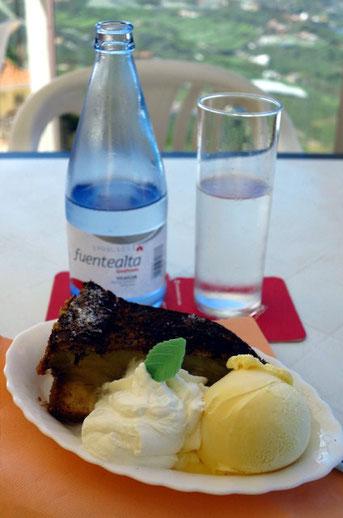 Warmer Salzburger Apfelkuchen mit Vanilleeis und Sahne