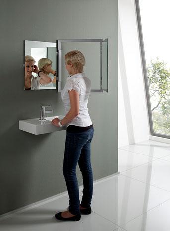 Ausgeklappter aufgeschwenkter Badspiegel mit Rückansicht