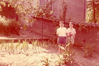 il reste quelques poireaux, dans le jardin, à gauche mon père, ci-dessus, mon frère et moi (1959)