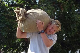 dieser Weinfelder Bauernsohn trägt einen solchen Weizensack von genau 65 kg