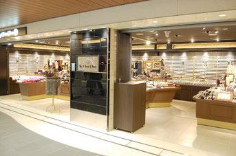 福井県鯖江市のアクセジャパンが展開するヘアアクセサリーとアクセサリーの専門店「ラ シュシュ」。800円のヘアアクセサリー、ネックレスから4000円台のファッション時計まで取り扱う商品は約2万点。なかでも壁面全面を使ったピアスの品揃えは圧巻。中高生向きの可愛いピアスも販売しています