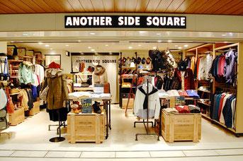 ワールドが展開する「アナザー サイド スクエア」は関西の駅ナカ初出店。「探すワクワク感」「個性」「カルチャー発信」をキーワードに、自社ブランドをセレクトしたメンズ&レディスの複合店です。メンズは「ザ ショップTK」と「アナザー サイド スクエア」、レディスは「ジ エンポリアム」を展開。メンズでは4990円のボリュームネック・スウェットブルゾンや3990円のくるみボタン・ハイゲードニット、6990円の霜降りニットカーディガンなどが売れ筋だとか