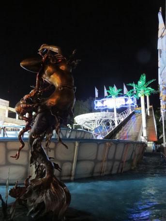 ATLANTIS RAFTING - DIE Jahrmarkts-/Kirmes-Wildwasserbahn: Magisch: Fabelwesen, Palmen und beleuchtete Stromschnellen im nächtlichen Atlantis