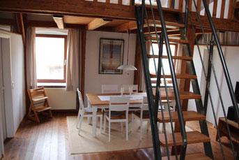 die moderne helle archtektenwohnung mit galerie ist ca 75qm gross sie liegt im obergeschoss eines probsteier bauernhauses inmitten eines typischen