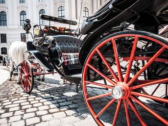 Traditionelle Pferdekutsche auf dem Wiener Hofburg