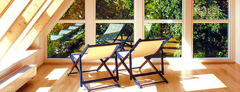 Schöne Aussichten mit Holzfenstern von Vrogum.