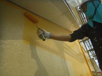 外壁中塗り中。関西ペイント 高耐久塗料使用。イエロー