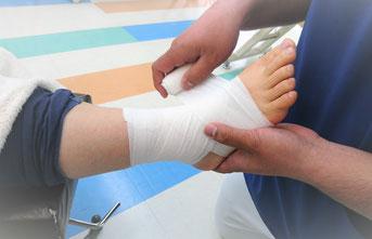 足関節を包帯固定している写真