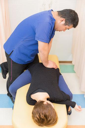 頸の筋肉を施術している写真