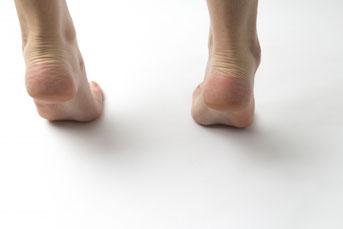 外側足 足の内側が浮く 足の親指で踏めない
