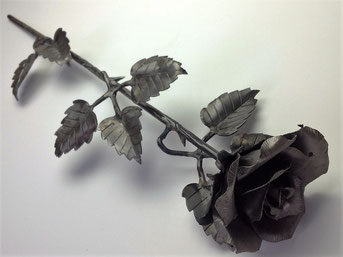 Roos Cortenstaal. In RVS en brons mogelijk met asbewaring in bloemknop