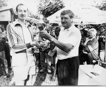 Detlef Schwing überreicht den Pokal an Sven Kalus