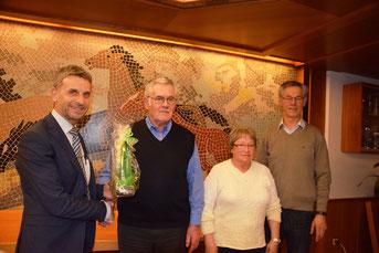 Bgm. Erich Winkler, Albert Müller (ehem. 1. Vorsitzender), Frieda Kunisch, Johann Mayr (neuer 1. Vorsitzender)