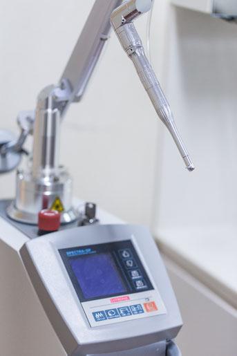 Ein zahnmedizinischer Laser (Spitze in Bildmitte) mit Steuerungsgerät