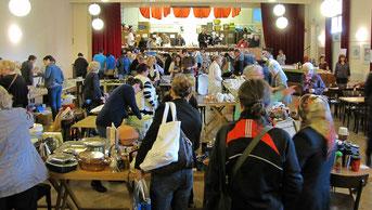 Beim Frühlings Flohmarkt im April 2017 gab es eine große Auswahl an Büchern, Geschirr, Gläser, Besteck, Schüsseln, Vasen, Kunst & Krempel, Küchen- und kleine Elektrogeräte.