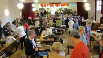 Beim Frühlings Flohmarkt gab es eine große Auswahl an Büchern, Geschirr, Gläser, Besteck, Schüsseln, Vasen, Kunst & Krempel, Küchen- und kleine Elektrogeräte.