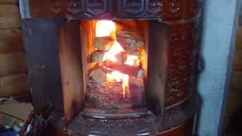Kachelofen: Feuer machen, immernoch jeden Tag, sonst wird es kalt im Haus.