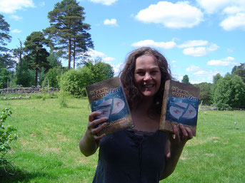 Hier halte ich zum ersten mal die Hardcoverversion meines ersten Romans in Händen :o)))